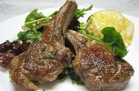 Insalata aromatica di patate con costolette di agnello