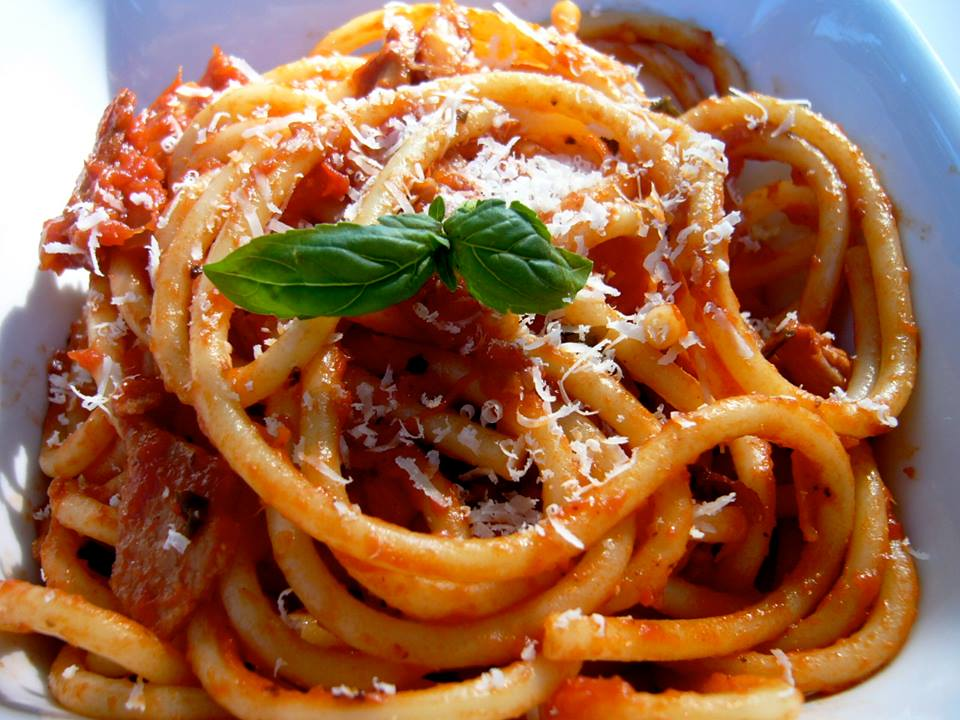Bucatini all amatriciana che derivano dalla pasta alla for Piatto tipico romano