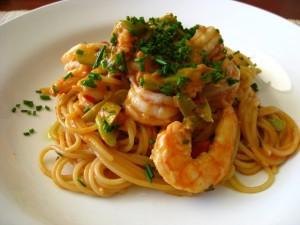 spaghetti con peperoni e gamberi