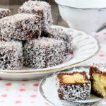 cubetti di Pan di Spagna ricoperti di cioccolato e cocco