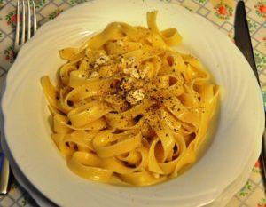 Pasta in salsa d'uovo e mozzarella