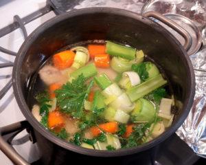 La preparazione del brodo di pollo e della pastina in brodo di pollo