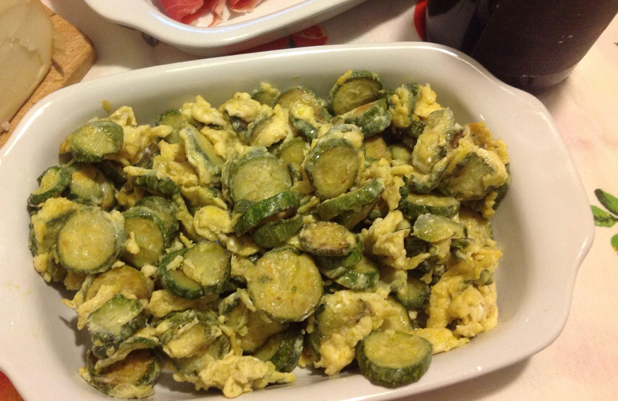 Zucchine con uova strapazzate in padella