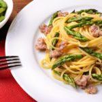 Pasta con asparagi selvatici e pancetta o salsiccia