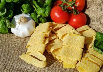 Tagliatelle con filetti di trota e zucchine