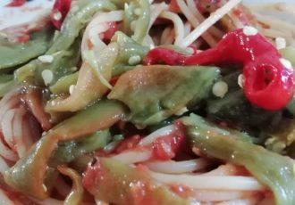 spaghetti al pomodoro con peperoni arrostiti alla calabrese
