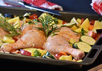 coscette di pollo al forno con patate e verdure