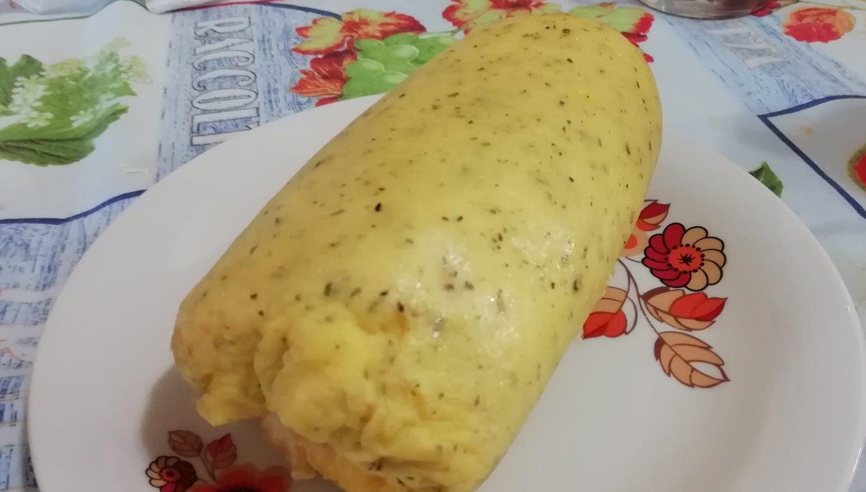 Rotolo di frittata con tonno e maionese