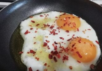 Uova fritte con peperoni in