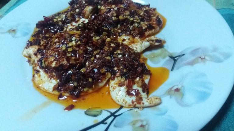 Uova fritte con peperoni in scaglie alla calabrese